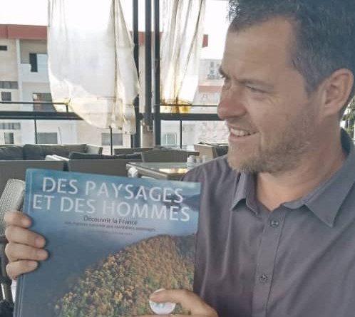 """Remise officielle du livre """"DES PAYSAGES ET DES HOMMES"""" au Coordinateur du RENASCEDD."""